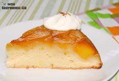 Receta de Pastel de melocotón y azafrán de Rachel Allen, una elaboración del estilo de la tarta tatin pero con masa de bizcocho, es fácil y rápida de hacer, y es una delicia. Una tarta para degustar tibia o fría, sola o acompañada de un poco de yogur griego o una bola de helado. Receta paso a paso.
