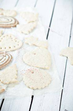 White gingerbread,2/3c butter,3.17 c sugar,1 egg,1.58 c wheat flour,1 teas baking powder,1 teas vanilla, 1 teas cinnamon,1 teas cardamom,1 teas ginger,1/2 teas cloves. Beat butter & sugar,add egg, blend till smooth. Mix all dry ingredients, add to wet, stir till dough ball,divide into 2 parts & refridge for 10-15 minutes. roll out 3-4 mm thick and cut gingerbread, bake on lined baking sheet 375 for 7-8 minutes,edges light brown,roll white with dark gingerbread for another look.