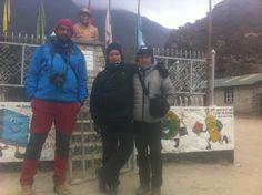 Un momento de descanso en el pueblo de Khumjung para visitar el monumento homenaje a Hillary en la escuela fundada por él,