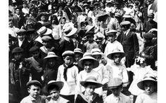 Madrid, 01/05/1913. La fiesta del 1 de Mayo. La cabeza de la manifestación obrera constituida por los hijos y mujeres de los manifestantes a...