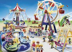 Playmobilfiguren amüsieren sich im Freizeitpark.