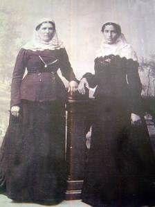 Παραδοσιακή φορεσιά του Κρανιδίου και της ευρύτερης περιοχής της Ερμιονίδας. Goth, Victorian, Dresses, Style, Fashion, Gothic, Vestidos, Swag, Moda