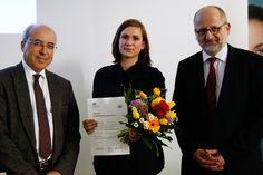 Die Gewinnerin des HMKW-Medienstipendiums, Frau Anika Schoetzau, mit Geschäftsführer Herrn Ameir Jillab (li.) und Hochschulkanzler Prof. Dr. Ronald Freytag.
