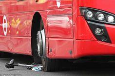 Na quarta-feira, dia 28, um incrível ato de solidariedade foi gravado pelas câmeras de Londres. Um ciclista ficou preso nas rodas de um ônibus após uma colisão e mais de 100 pessoas foram de encontro ao veículo de dois andares para ajudá-lo.