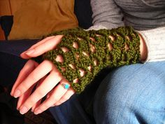 Ravelry: Ivy Wrists pattern by Melody Maria Fulone These soft and lacy wristlets are both beautiful and warm. The stitch pattern is stretchy, accommodating a variety of wrist sizes. Breathable and beautiful, you will enjoy making and wearing (or giving away) this pattern. free pdf