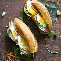 Vietnamese Banh Mi Recipe with Fried Egg . It's an easy authentic vietnamese banh mi sandwich reicpe with vietnamese cold cuts for best vietnaemse sandwich Egg Recipes, Asian Recipes, Cooking Recipes, Cooking Tips, Think Food, I Love Food, Banh Mi Recipe, Plats Healthy, Banh Mi Sandwich