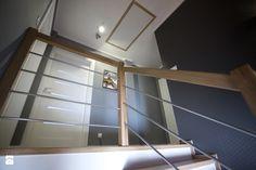 Witam Interesuje mnie co jest na ścianie przy schodach, czy to może tapeta i jeśli tak to jaka? - Homebook.pl