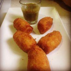 Croquetas de puerros, mijo y leche de avena con salsa de ortigas.