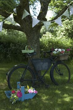 love the bunting strung from tree to tree...