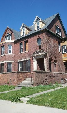 Abandoned mansion in Brush Park, Detroit, MI. Abandoned Detroit, Old Abandoned Houses, Abandoned Train, Abandoned Mansions, Abandoned Buildings, Abandoned Places, Old Houses, Detroit Vs Everybody, Detroit Michigan