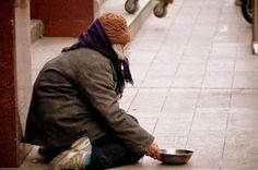 Ce sans-abri a été complètement ignoré par les gens qui se rendaient à la messe. Ces derniers ont ensuite connu la honte de leur vie.