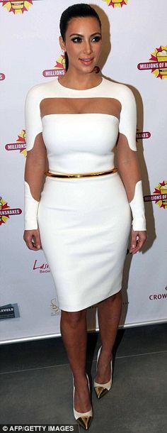 Llamativo conjunto: Kim llevaba un vestido blanco completa con paneles de malla de ver-a través de