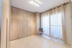 Amplia habitación con armarios vestidores del fabricante de Barcelona BaixModuls