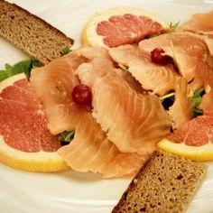 Salmone marinato con pompelmo e pane di castagne @Ristorante La Tana del Riccio, Santo Stefano Magra #gustit