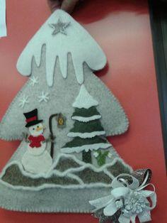albero di natale con neve: