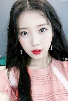 Fans Left Overwhelmed After Seeing These Gorgeous Selfies Taken By IU Korean Makeup, Korean Beauty, Asian Beauty, Korean Celebrities, Celebs, Korean Girl, Asian Girl, Iu Hair, Ulzzang Girl