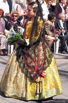 Lief.Fallera, con el rramo de flores, para el manto de la virgen. (Valencia, Spain).