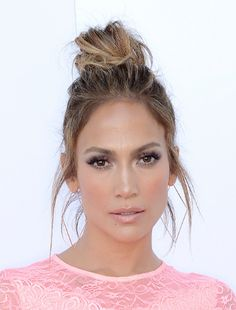 Natural Makeup Jennifer Lopezs messy top knot is perfect with her gorgeous shimmery makeup look - You only need to know some tricks to achieve a perfect image in a short time. Second Day Hairstyles, Up Hairstyles, Pretty Hairstyles, Celebrity Hairstyles, Fashion Hairstyles, Jlo Makeup, Hair Makeup, Flawless Makeup, Gorgeous Makeup