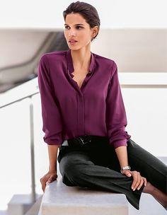 Kombinieren Sie das Seidenhemd im Trend-Ton zu den souveränen Business-Styles der Saison.