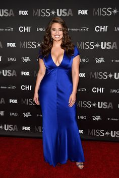 Ashley Graham Photos - Model Ashley Graham attends the 2016 Miss USA pageant at T-Mobile Arena on June 2016 in Las Vegas, Nevada. - 2016 Miss USA Competition - Arrivals Ashley Graham Fotos, Modelo Ashley Graham, Ashley Graham Style, Big Girl Fashion, Curvy Fashion, Royal Blue Gown, Corpo Sexy, Shirred Dress, Evolution Of Fashion