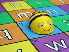 Wat is de Beebot? De Bee-Bot is een kindvriendelijke robot in de vorm van een bij. Kinderen kunnen de robot bedienen met de zeven knoppen op zijn rug. Om van punt A naar punt B te komen moet de Bee-Bot van tevoren de juiste commando's krijgen. Bijvoorbeeld: twee stappen vooruit, draai naar rechts en dan weer een stap vooruit. De robot onthoudt tot veertig stappen en kan zo uiteenlopende opdrachten uitvoeren.