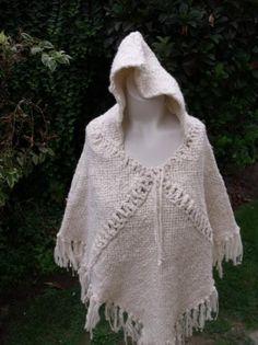 poncho lana oveja poncho lana oveja hilada a mano,hilo de algodon telar cuadrado Pin Weaving, Loom Weaving, Poncho Lana, Old Sweater, Sweaters, Loom Knitting, Western Wear, Boho Chic, Cover Up