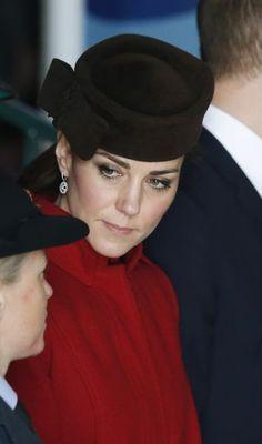 La duchesse de Cambridge, née Kate Middleton, était au côté de son époux le prince William, pour célébrer la fin de la mission de recherche et de secours de la Royal Air Force à Anglesey, ce jeudi 18 février 2016.