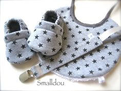 Coffret cadeau smalldou chaussons bébé, attache tétine, bavoir jersey gris étoiles noires Baby Outfits, Kids Outfits, Baby Shoes Pattern, Shoe Pattern, Baby Set, Baby Doll Nursery, Diy Bebe, Gender Neutral Baby Clothes, Baby Sewing Projects