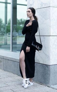 Street style look com vestido preto fenda manga longa e tênis branco Adidas.