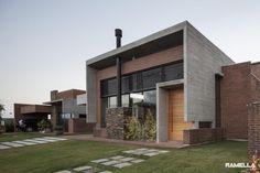 Casita en Brasil, con el muro de piedra la cagaron un poco. Hoff Residence / Ramella Arquitetura