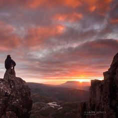 Morning sunrise from the summit of Cradle Mountain Tasmania 2014 Photo credit to Aaron Jones photography tasmania Best Places To Travel, Places To See, Beautiful Sunset, Beautiful Places, Rock Pools, Paragliding, Out Of This World, Tasmania, Great View