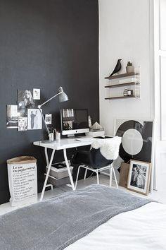 Zwart en wit slaapkamer. Er gebeurt veel, maar dankzij het kleurgebruik blijft het een geheel. Zwarte vogel is van Vitra!   Black and white bedroom.