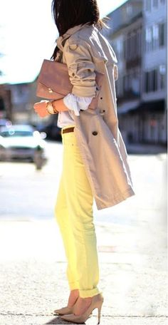 Street style | Trench coat and yellow pants