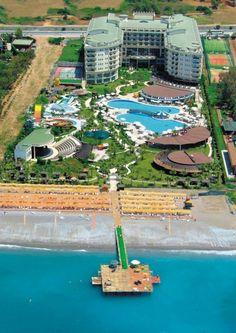 Yüzyıllardır hanları ve hamamları ile insanoğlunu misafir eden Anadolu, bu geleneği bozmadan yolculuğuna devam ediyor. Selçuklu mimarisinden esinlenilerek inşaa edilen Mukarnas Spa Resort, konuklarına son derece modern bir hizmet sunmak için yolculuğuna mukarnaslı kapısını Akdeniz'in büyülü sularına açarak başladı. - Denize Sıfır - Mavi Payraklı Plaj - Özel Mimari - Su Kaydırağı - Spa ve Welness - Amfi Tiyatro - Gün Boyu Animasyon - Disco