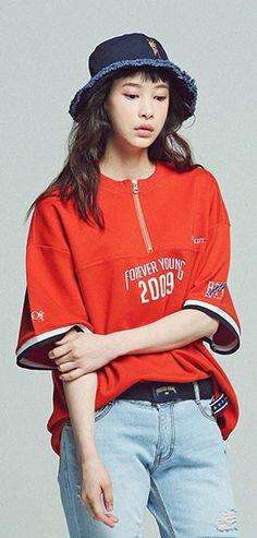 지퍼디테일과 스포티감각의 프린팅 오버핏 티셔츠, 유니섹스룩으로 출시. Model 172cm / 52kg / M size