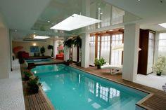 La piscine intérieure de 18 m de long