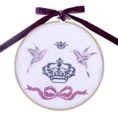 Des oiseaux aux couronnes au point de croix Gris Rose, Kit, Le Point, Elsa, Decorative Plates, Creations, Linen Fabric, Circles, Crowns