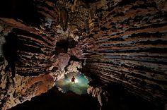 Hang Son Doong, l'immense grotte vietnamienne Durant la saison sèche, de novembre à avril, Hang Ken et ses bassins peu profonds s'explorent sans risque. Avec la mousson, les eaux souterraines débordent et noient les galeries, interdisant l'accès à la grotte.