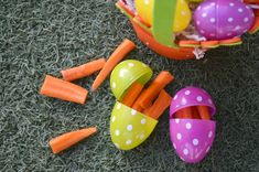 Here are some hilariously sneaky ideas on how to fake out the kids at your April Fool's Day Easter Egg Hunt! Plastic Easter Eggs, Easter Egg Crafts, Easter Food, Easter Breaks, Easter Games, Easter Traditions, Easter Party, Easter 2018, April Fools Day