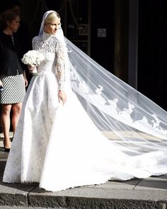 Organza Wedding Dresses 25 Brides Who Went Modest on Their Wedding Day — and Completely Took Our Breath Away - Simply classic. Modest Wedding Gowns, Wedding Dress Styles, Bridal Gowns, Dress Wedding, Celebrity Wedding Photos, Celebrity Weddings, Perfect Wedding Dress, Couture, Trends