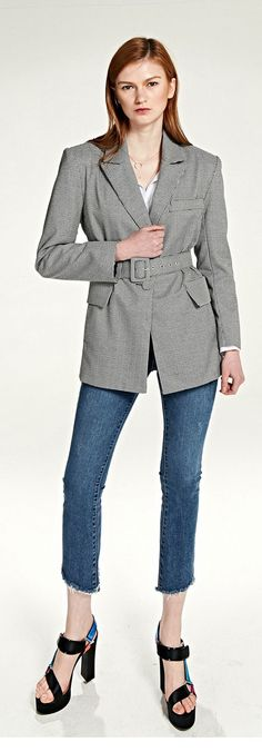 벨트가 탈부착 되는 디자인, 트렌디하고 다양한 스타일링을 즐길 수 있어요. 벨트를 착용하면 허리가 슬림하게 변해요. MODEL : 176 cm / 53 kg / Free size