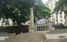 Largo da Memória || Construído em pedra de cantaria pelo mestre pedreiro Vicente Gomes Pereira, o Obelisco – monumento mais antigo da cidade – emergia de uma bacia de alvenaria com grades de ferro, que servia como reservatório da água vinda do Tanque Reúno, atual praça da Bandeira