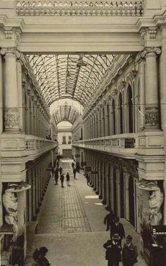 Antiguo edifio de Correos del Peru Old Photos, Vintage Photos, Peru, Urban Photography, Old City, Timeline Photos, Beautiful Places, Louvre, Stairs