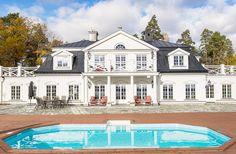 Husvisning – så här bor en av Sveriges mest kända personer - Sköna hem Interior Garden, Home Interior Design, Exterior Design, Sims 4 Houses, Pool Houses, Beach Houses For Rent, New England Homes, Gambrel, White Houses