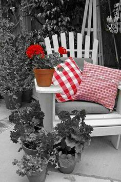 25 inspirations pour un fauteuil Adirondack Outdoor Chairs, Outdoor Furniture Sets, Outdoor Decor, Color Splash, Color Pop, Buffalo Check Fabric, White Porch, Splash Photography, Belleza Natural