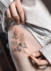 25 design ideas inspired by the hip flower tattoo .- 25 idee di design ispirato al tatuaggio del fiore dell'anca coscia per donna sex… 25 design ideas inspired by thigh hip flower tattoo for sexy woman – - Thigh Tattoo Placements, Hip Thigh Tattoos, Thigh Tattoo Designs, Tattoo Sleeve Designs, Flower Tattoo Designs, Flower Tattoos, Music Tattoos, Sexy Tattoos, Small Tattoos