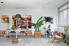 Lulis, moradora e coautora do projeto, está sentada na poltrona, da Privilégio antiguidades. Na sala, as cadeiras Mademoiselle, da Kartell, e o quadro do fotógrafo Valentino Fialdini, da Zipper Galeria, contrastam com as paredes claras e o piso de cimentí (Foto: Lufe Gomes)