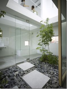 Garden Room House - Nagoya, Japan, By Suppose Design Office Indoor Courtyard, Internal Courtyard, Courtyard House, Courtyard Ideas, Atrium Garden, Interior Garden, Interior Exterior, Home Interior Design, Interior Architecture