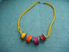 Je vous propose un collier bobine de machine à coudre en métal argenté. Le fil est en pâte polymère fimo dégradé jaune orange rose et rouge. Le collier mesure 55 cm de long, - 17257350