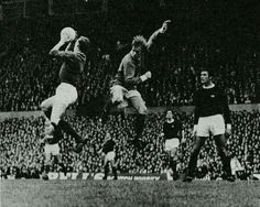 Man Utd 1 Arsenal 0 in Oct 1967 at Old Trafford. Bob Wilson catches this cross with John Fitzpatrick waiting for mistakes #Div1